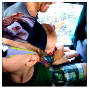 Kinder und Mann gut durchgeschüttelt: Auf dem Weg zum Schweinewald