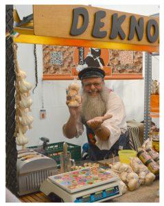 Deutscher Stand auf dem Salone Del Gusto in Turin verkauft geräucherten Knoblauch