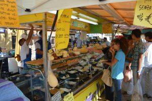Kunden vor Käsestand Re della Ricotta italienischer Käse
