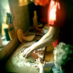 Herr Pizzawürstel und Sohn Primo beim Kneten eines Teiglings für Pizza