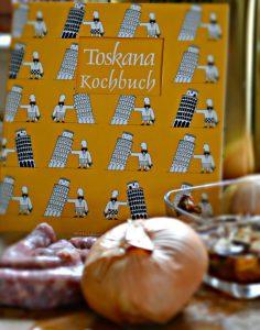 Salsiccia Zwiebel und getrocknete Steinpilze vor Toskana Kochbuch