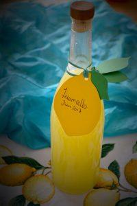schmale Flasche gelber Limoncello mit Korken und Zitronenanhänger